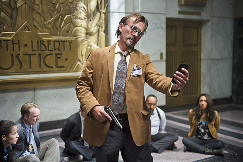 the flash promotional pictures tease the clock king  arrow star stephen amell slams warner bros
