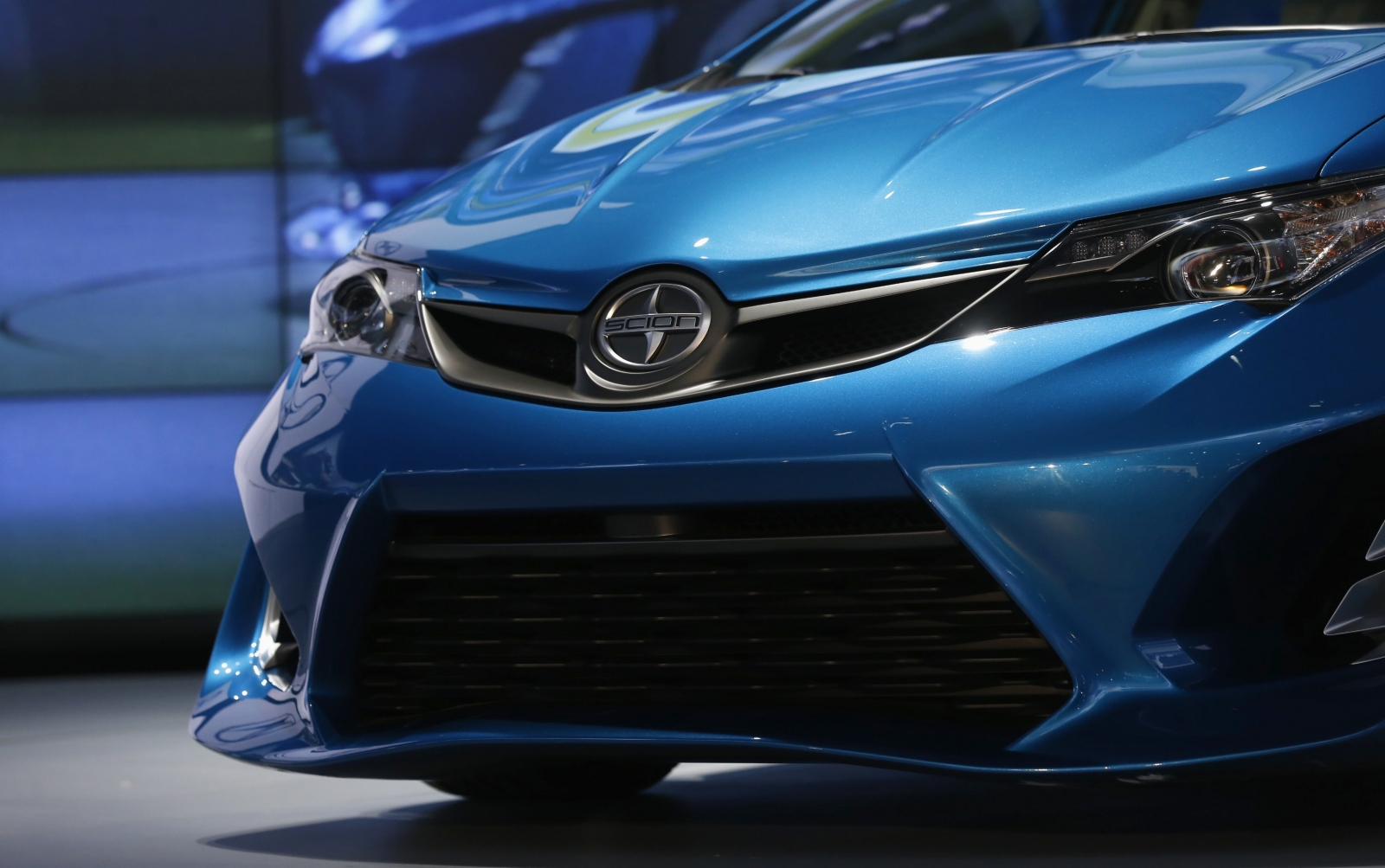 Carmakers Lift the Curtain at Los Angeles Car Show
