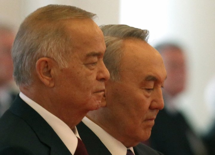 Kazakh President Nursultan Nazarbayev (R) and his Uzbek counterpart Islam Karimov attend an official welcome ceremony for the visiting Uzbek leader, in Astana, the capital of Kazakhstan