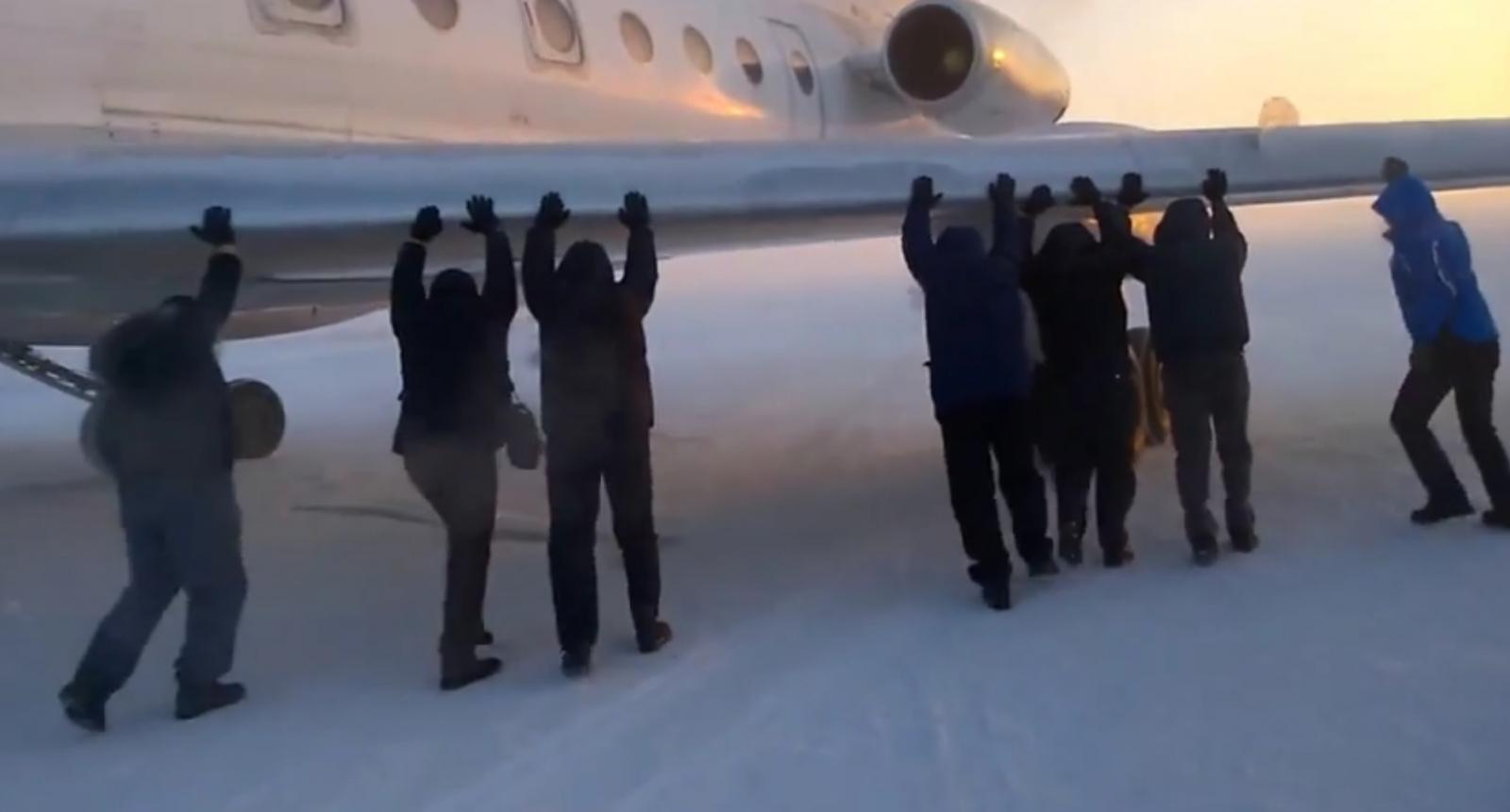 Passengers push Russian plane Siberia
