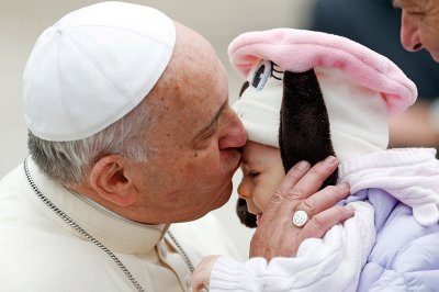 pope kiss baby