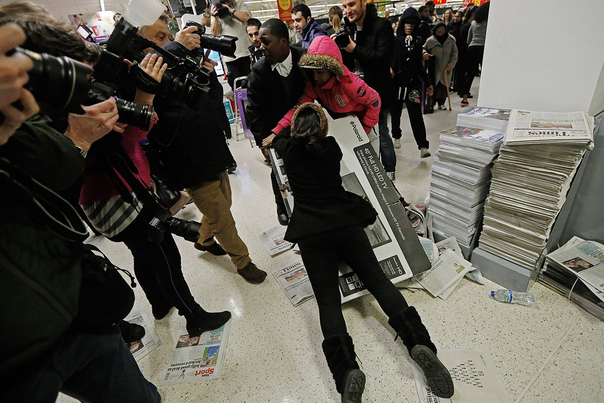 black friday frenzy in britain and the us photos of shoppers fighting for tvs. Black Bedroom Furniture Sets. Home Design Ideas