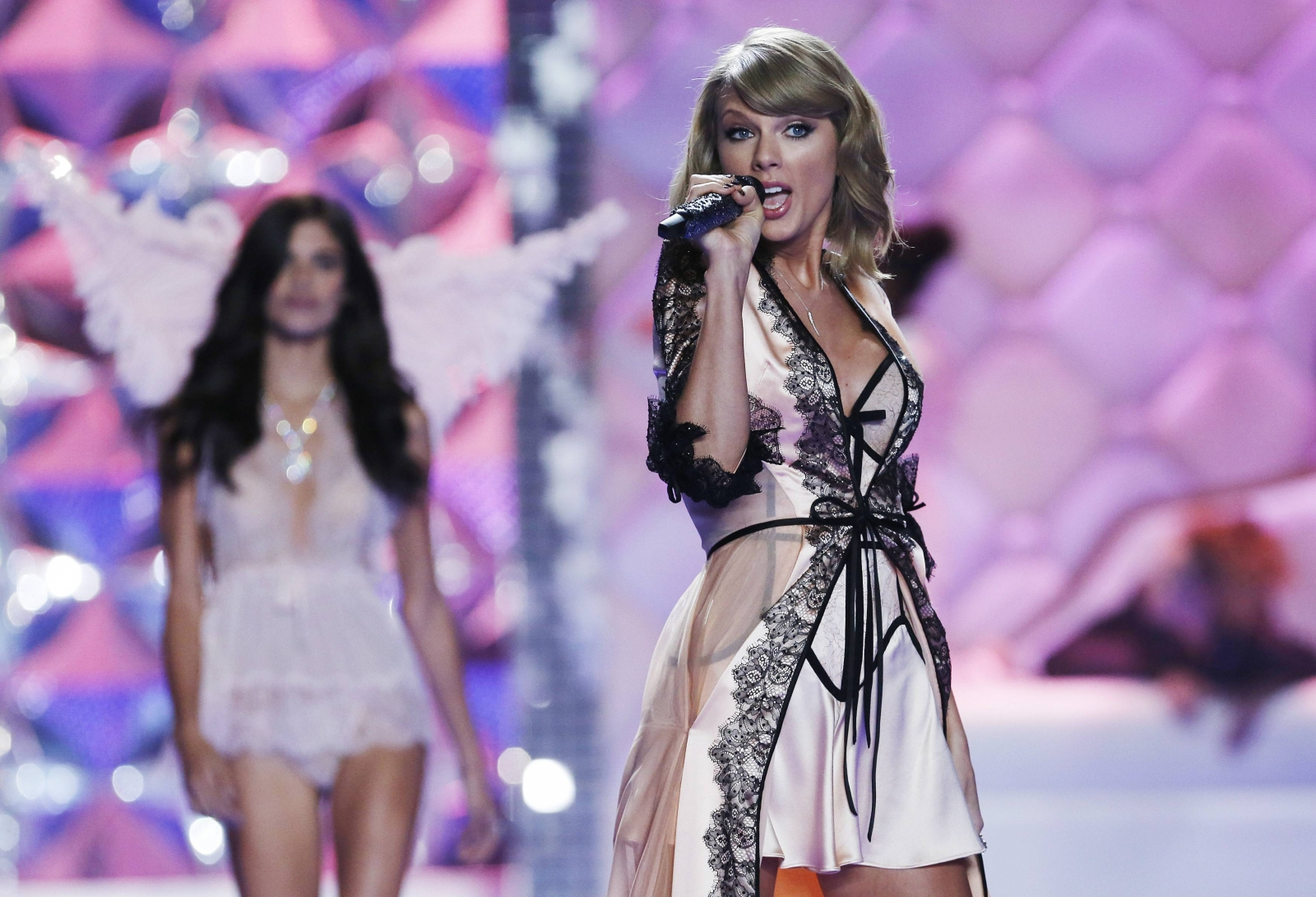 Taylor Swift And Ariana Grande Help Angels Light Up Victoria 39 S Secret Fashion Show