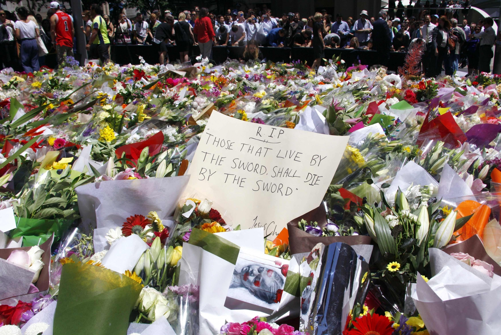 Sydney Siege: Australian authorities begin investigation as tributes pour in