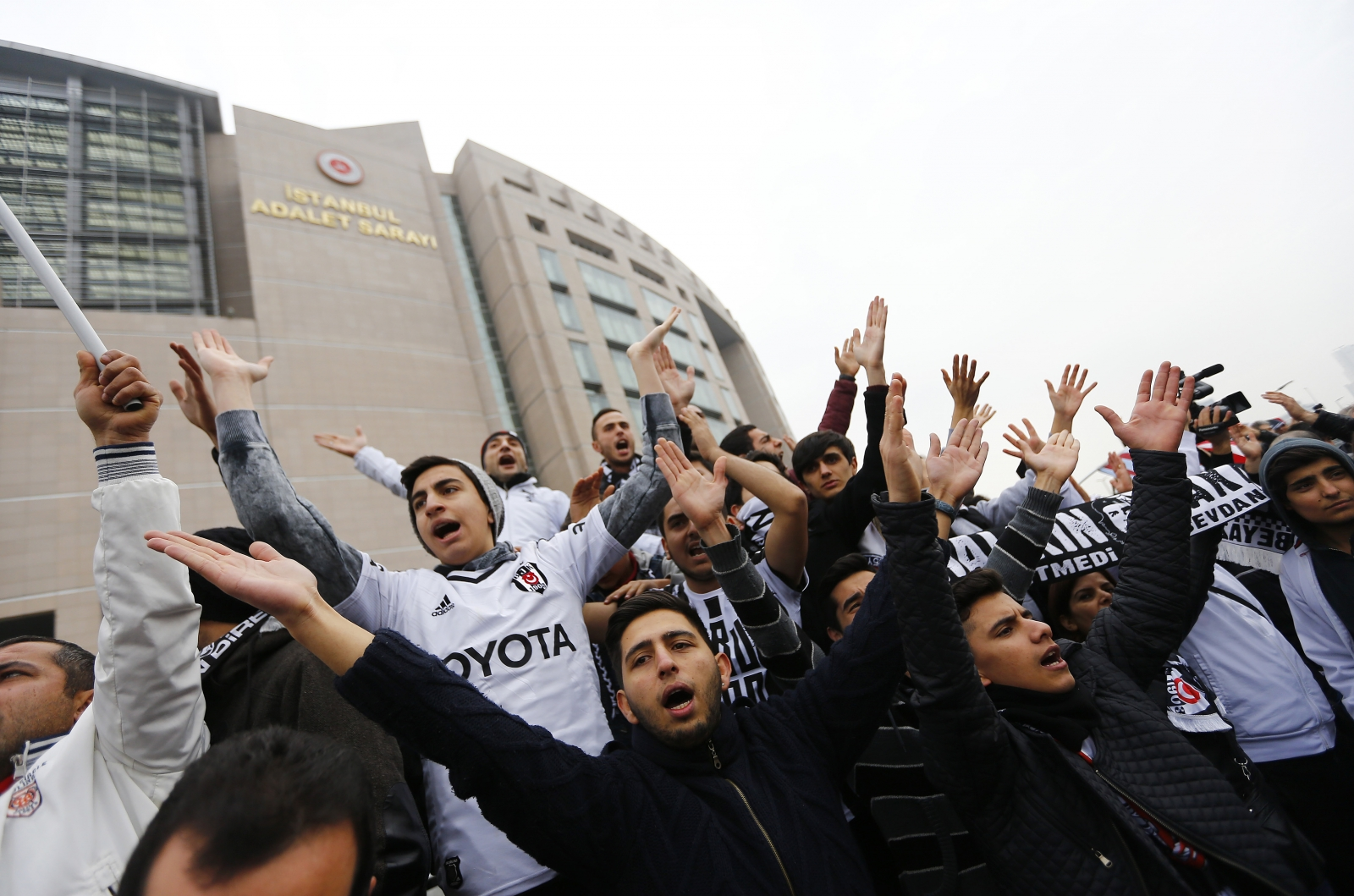fans protest outside court room