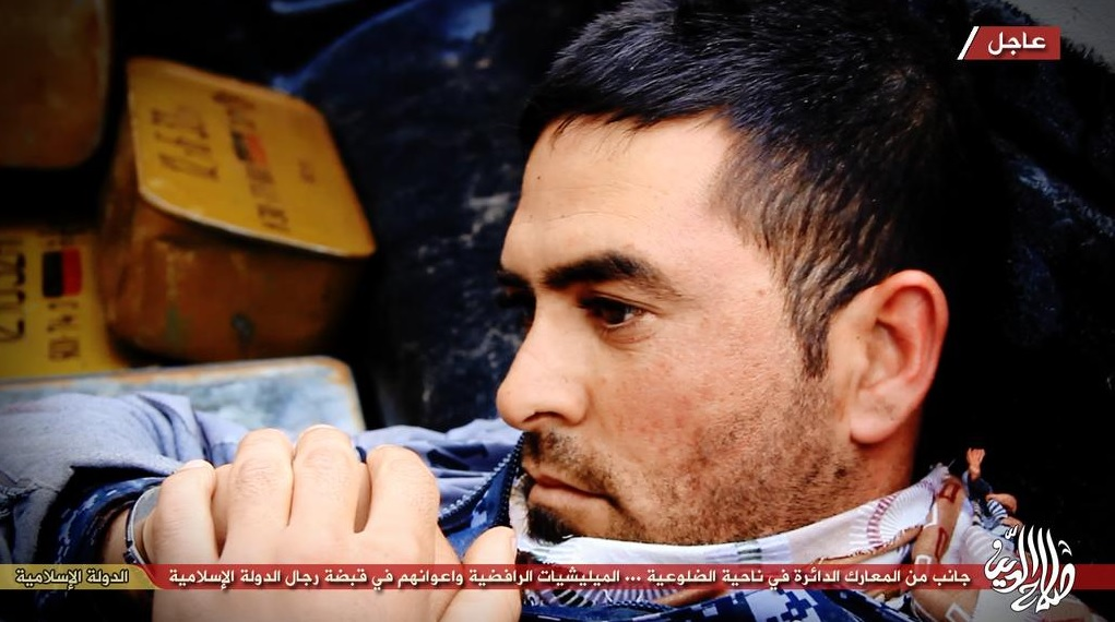Shi'a soldier captured by Islamic State waits to be executed