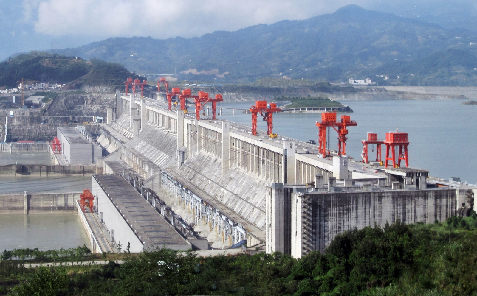 """ThreeGorgesDam-China2009"" by Source file: Le Grand PortageDerivative work: Rehman"