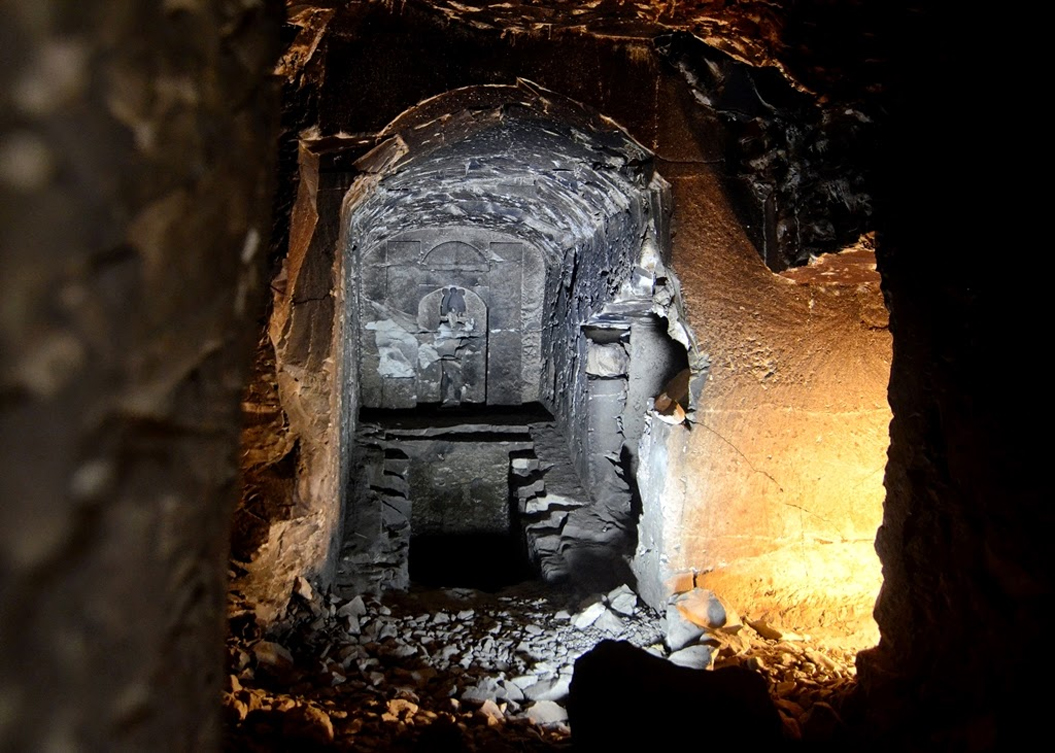 A central chamber deep in the bedrock which bears an Osiris statue, a shaft and two rooms filled with debris. The westward-facing room was where the sarcophagus of the tomb owner was meant to go