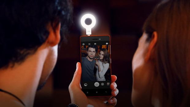 Lenovo Selfie Flash is perfect partner for your selfie stick