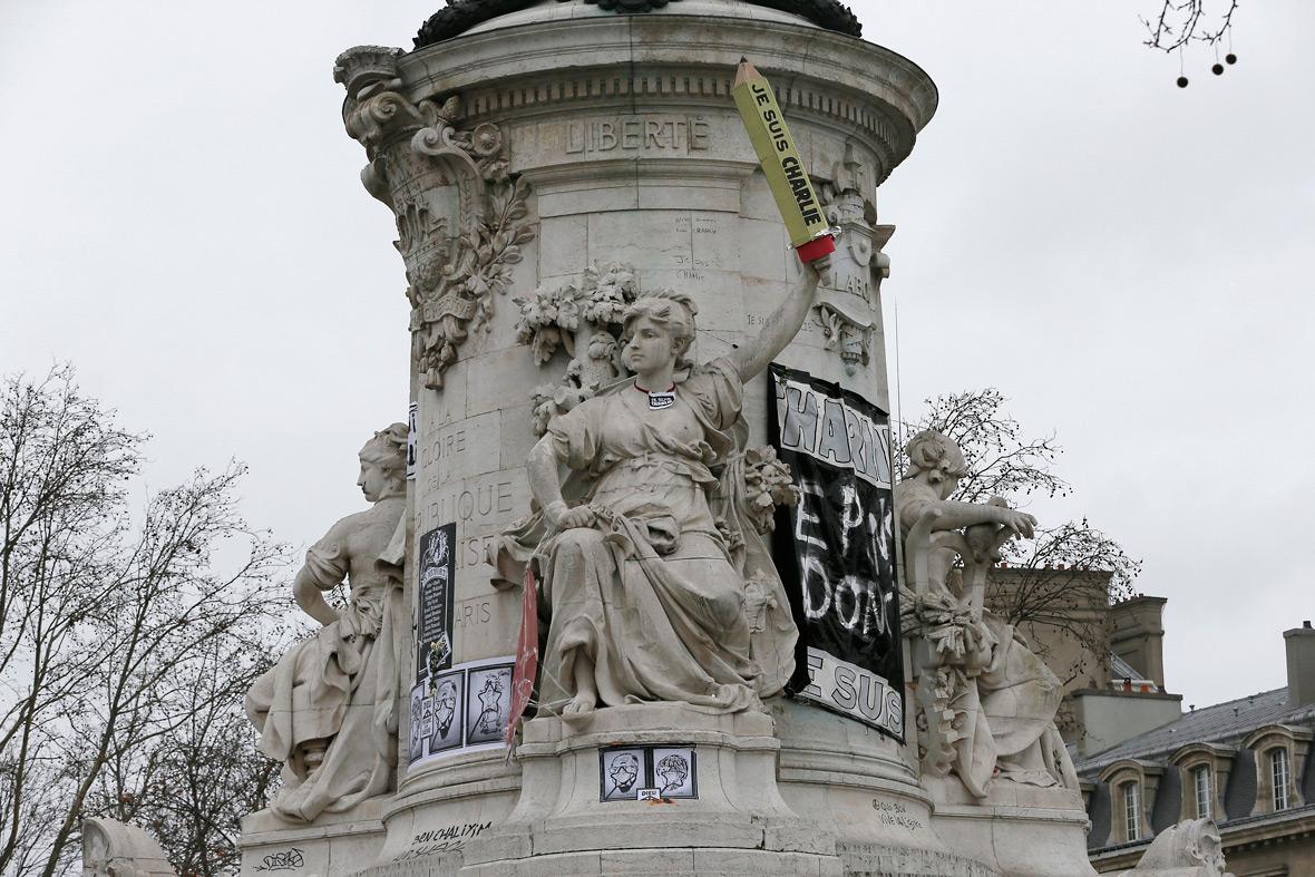 paris terror attacks place de la republique statue 39 s silent touching tributes to the victims. Black Bedroom Furniture Sets. Home Design Ideas