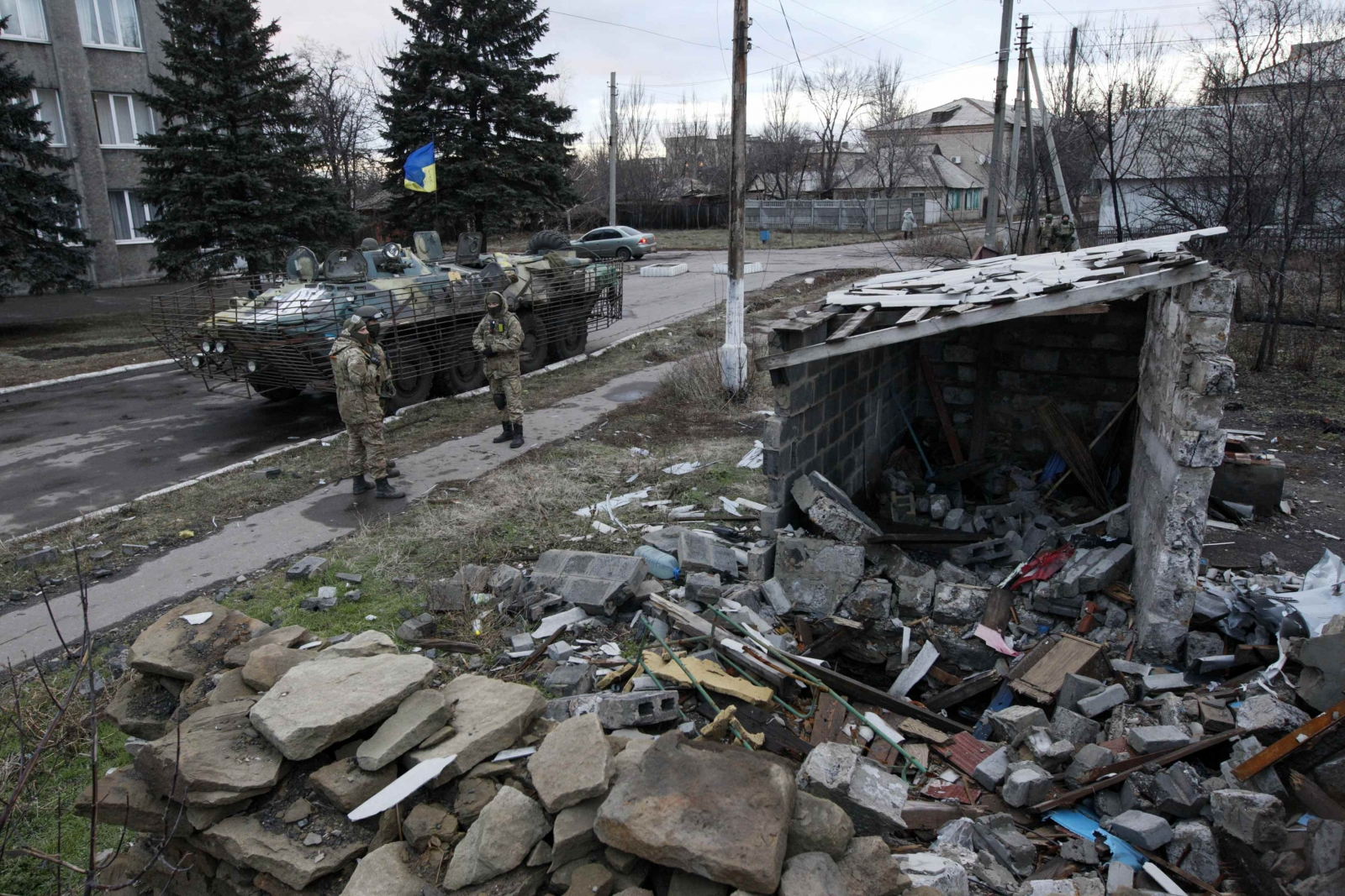 Overnight shelling of Donetsk airport kills at least one