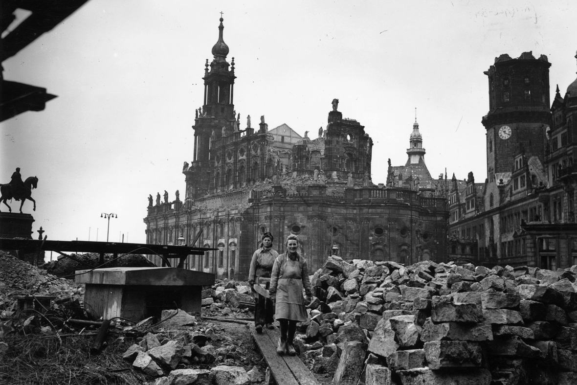enormous 360 degree panoramic picture of dresden after allied bombing in 1945. Black Bedroom Furniture Sets. Home Design Ideas