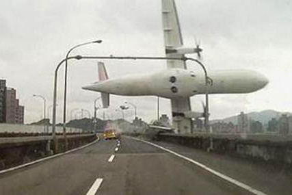 Amateur footage shows close call with TransAsia crash