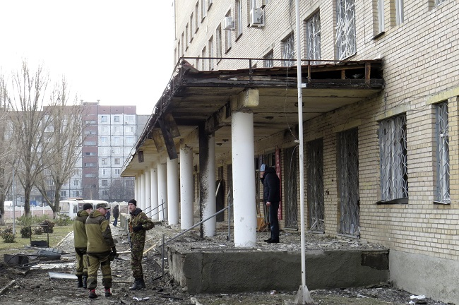 Armed forces of the separatist self-proclaimed Donetsk People's Republic gather outside a hospital