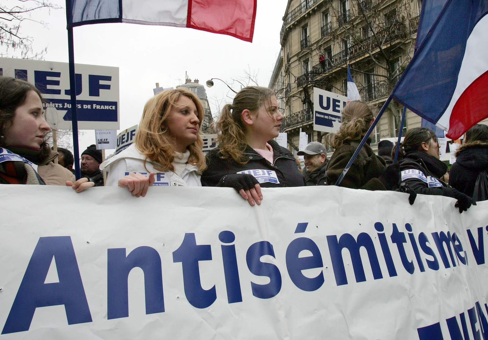 Leaders of the French Jewish community have linked Roland Dumas's comments to anti-Semitic rhetoric used by National Front leader Le Pen