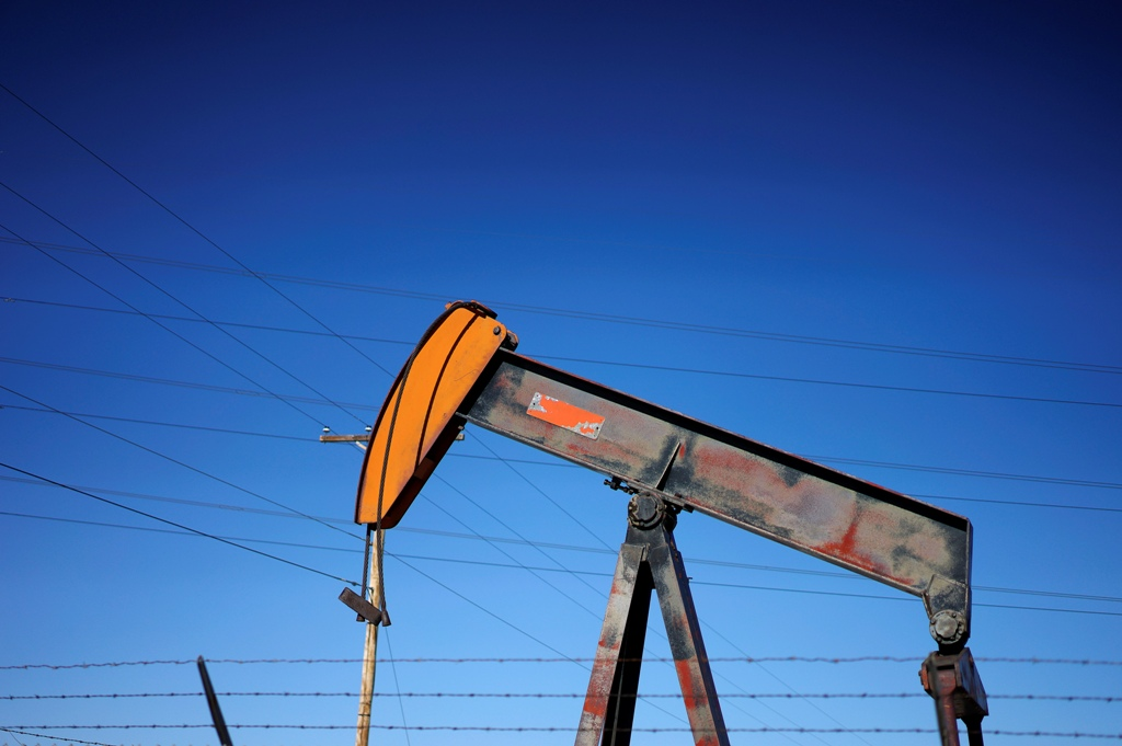 Oil prices drop as falling drilling activity fails to dent US inventory buildup