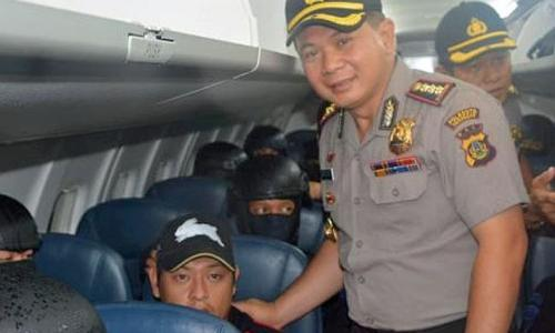 Andrew Chan with officer Utomo