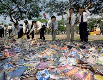 Ministers smash pirated CDs in Singapore