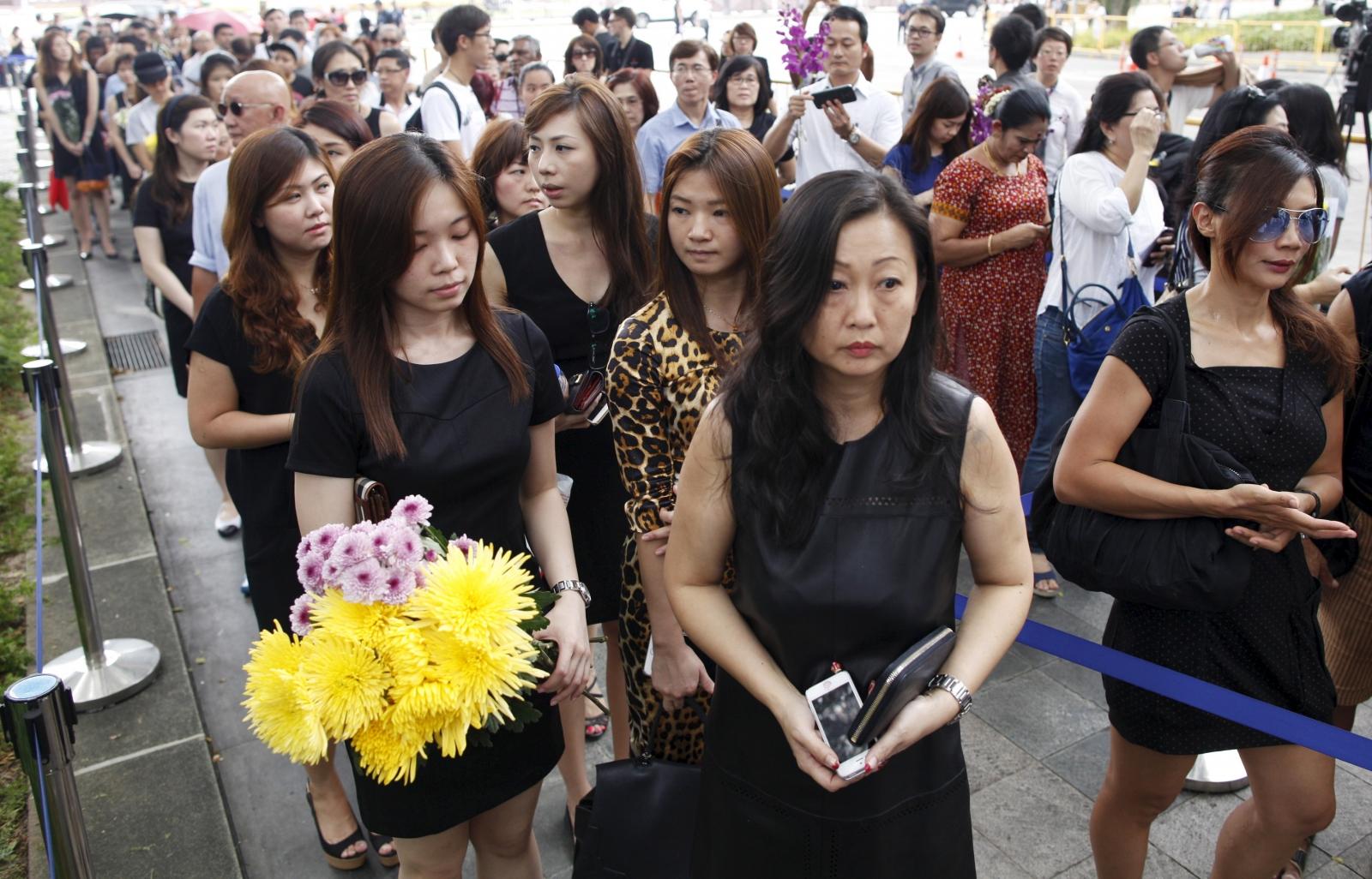 Singaporeans queuing to enter the Istana