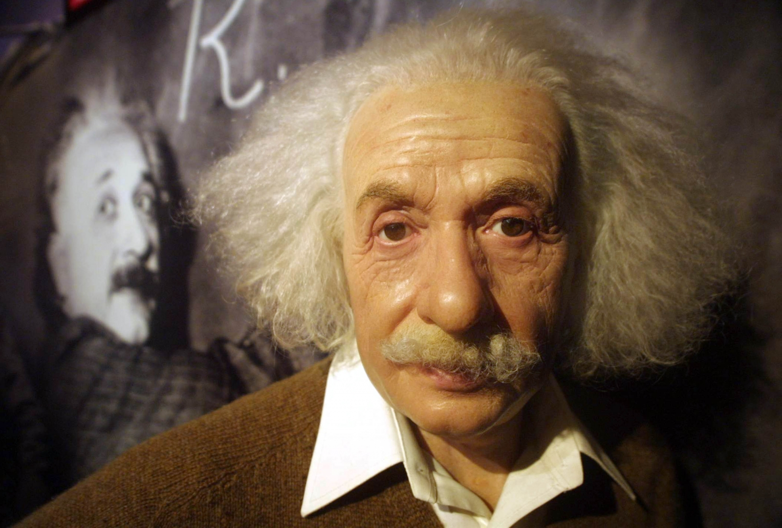 the life and death of albert einstein In 1879, albert einstein was born in ulm, germany he completed his phd at the university of zurich by 1909 his 1905 paper explaining the photoelectric effect, the basis of electronics, earned him the nobel prize in 1921.