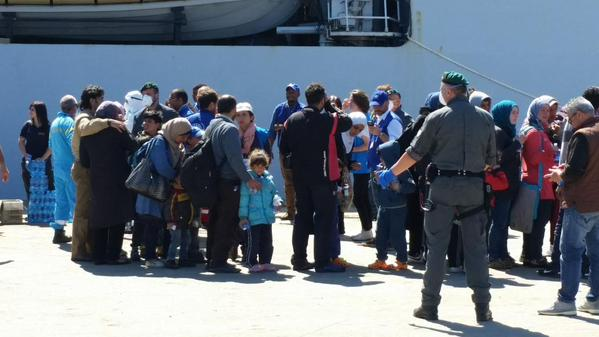 Migrants arrive Sicily
