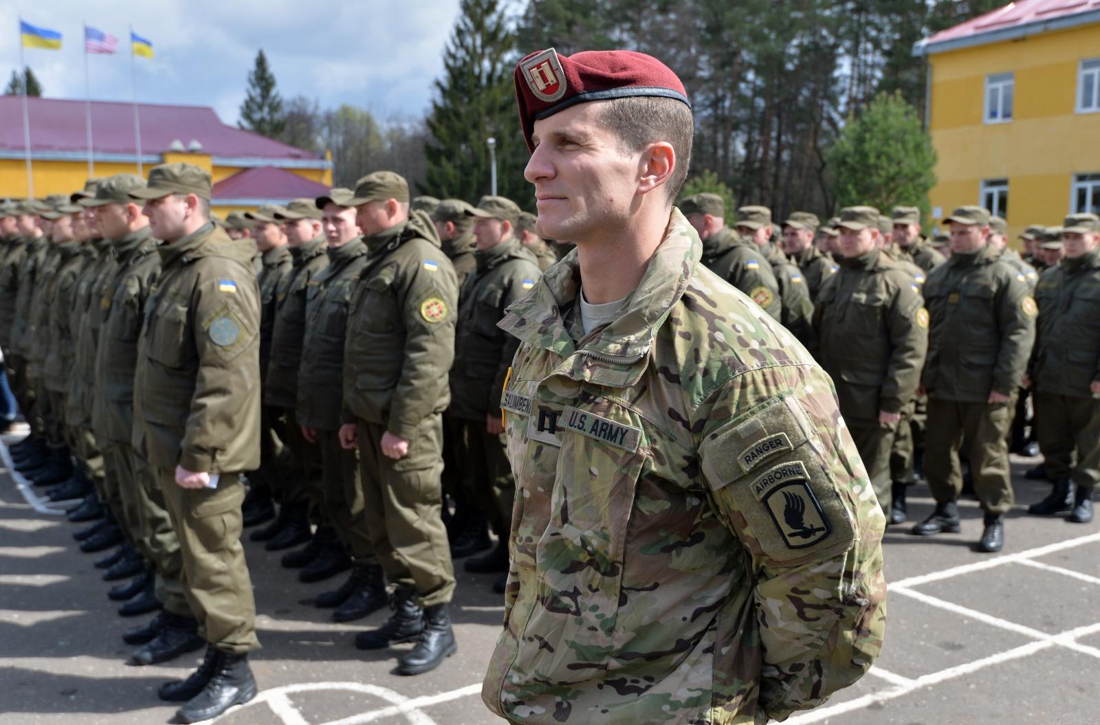 US paratrooper trains Ukrainian volunteers