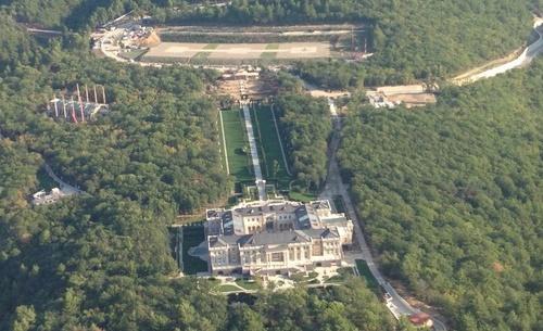 Aerial shot of Putin's palace.