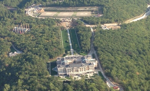 Aerial shot of Putin's palace.
