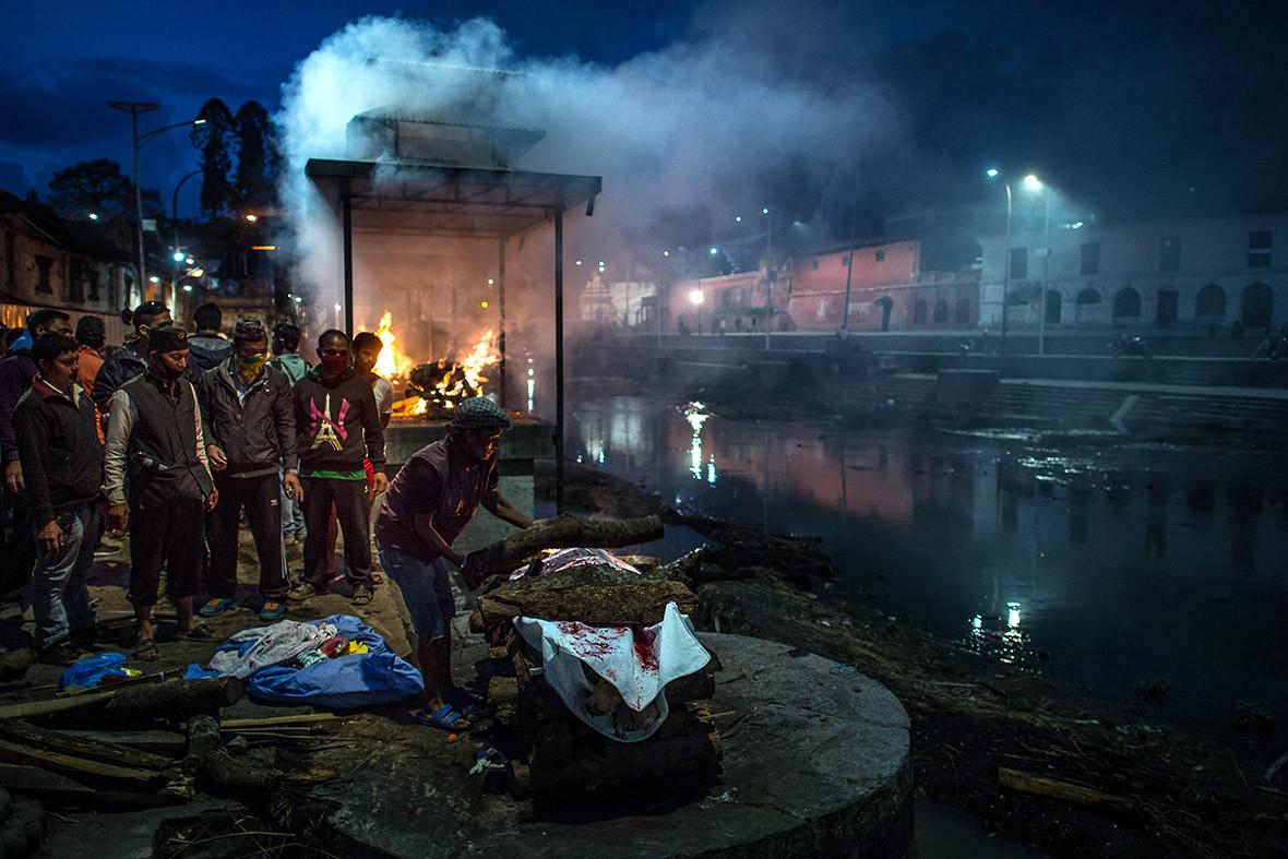 nepal earthquake cremation