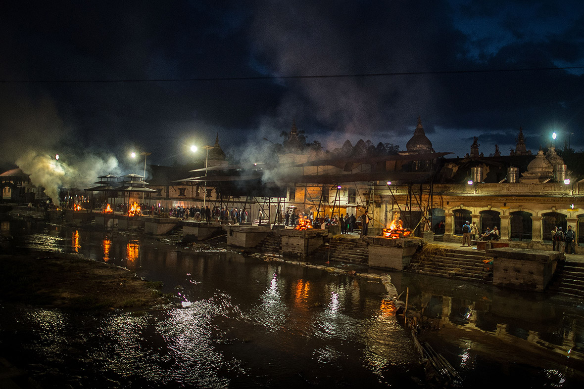 nepal earthquake cremation