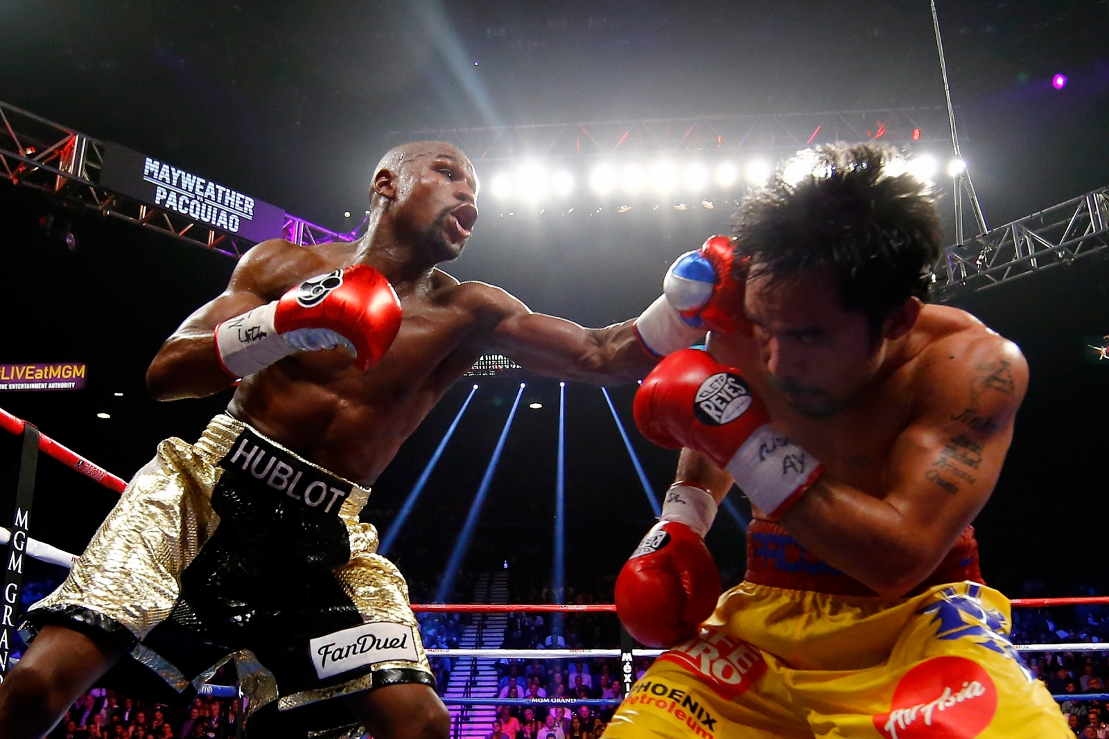 Floyd Mayweather defeats Manny Pacquiao