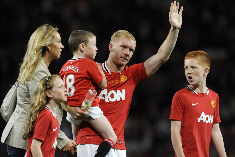 Manchester United's Scholes waves to the crowd with his family after his testimonial match against New York Cosmos