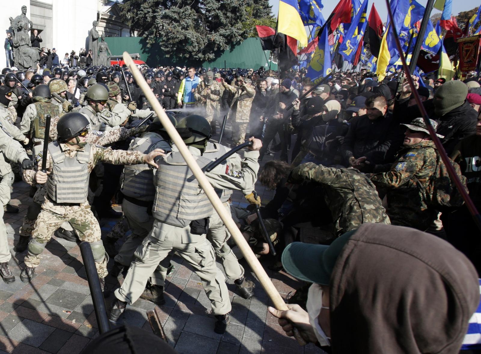 Ukraine riot police protesters violence clash