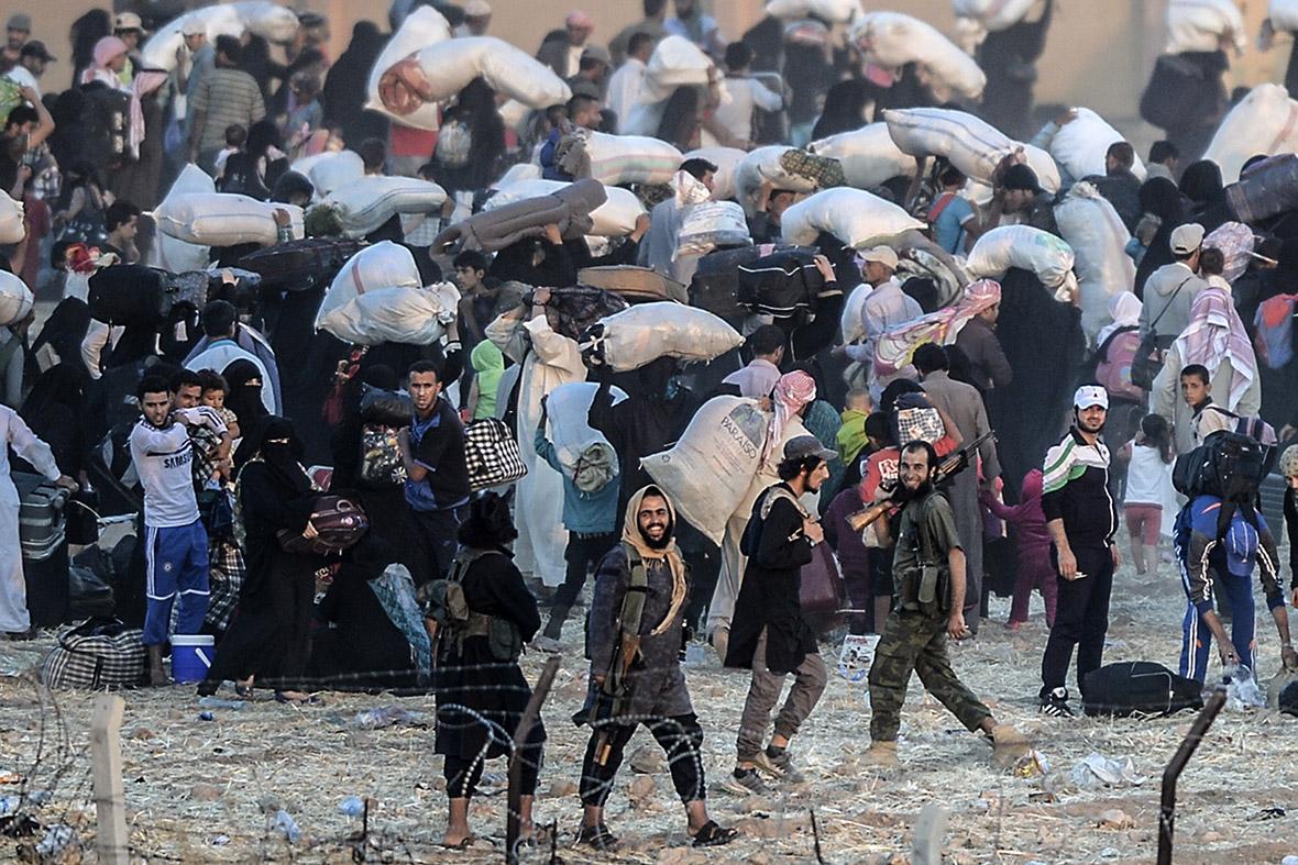 Dramatic scenes as Syrians fleeing fighting between Kurds ...