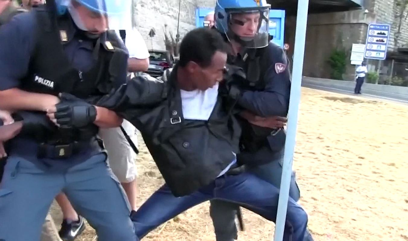 Italian Police remove migrants sleeping on rocks