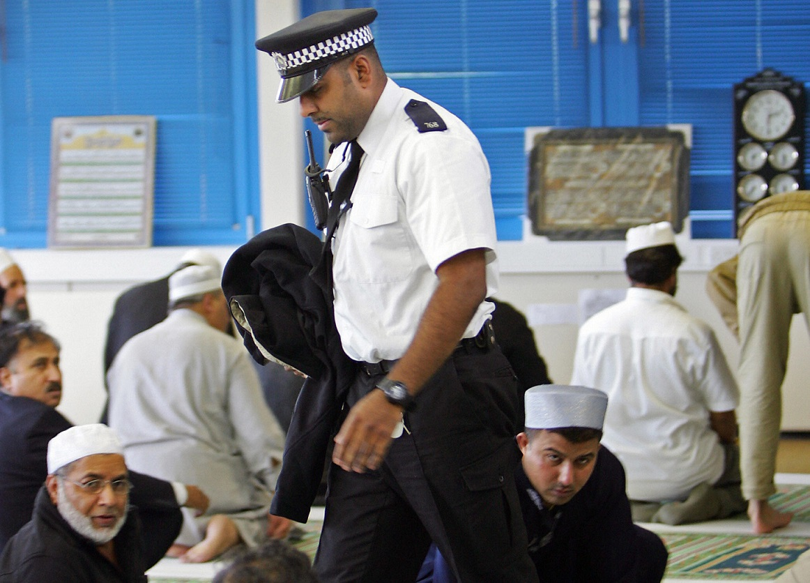 Ramadan 2015 Muslim Met Police Officers Would Put