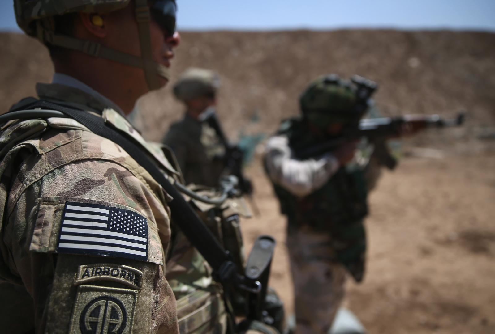 US troop looks on as Iraqi recruitstrain