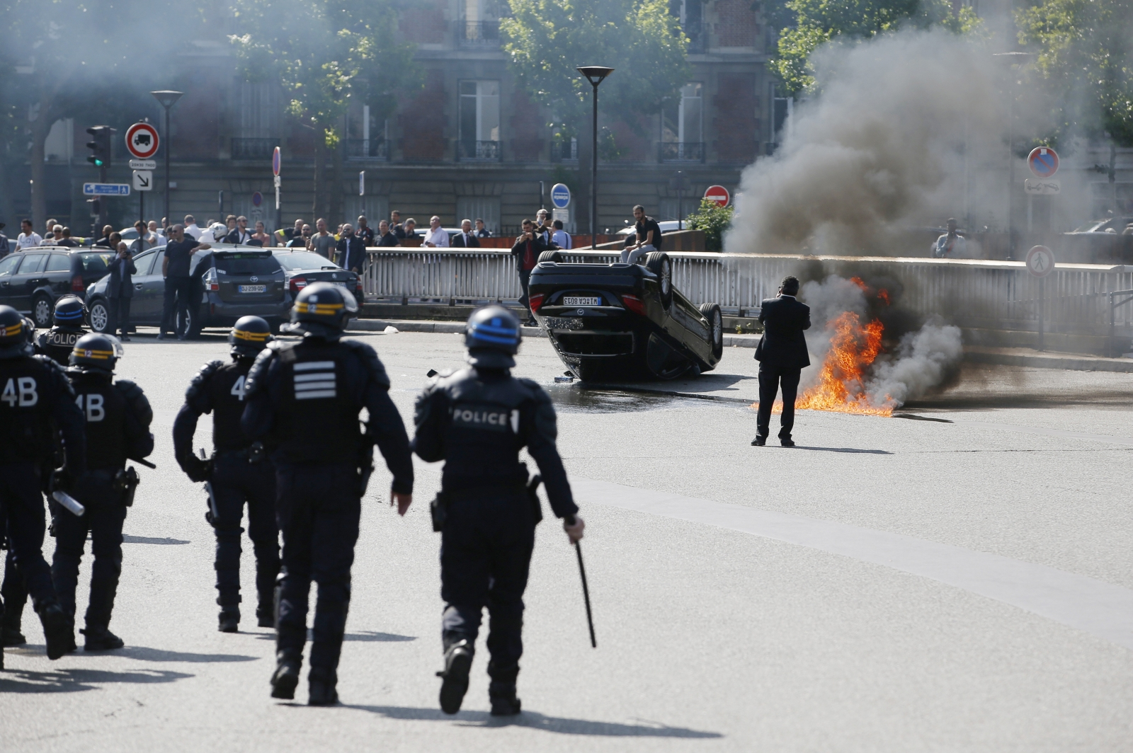french uberpop protests uber suspends service 39 in gesture of peace 39 following street violence. Black Bedroom Furniture Sets. Home Design Ideas