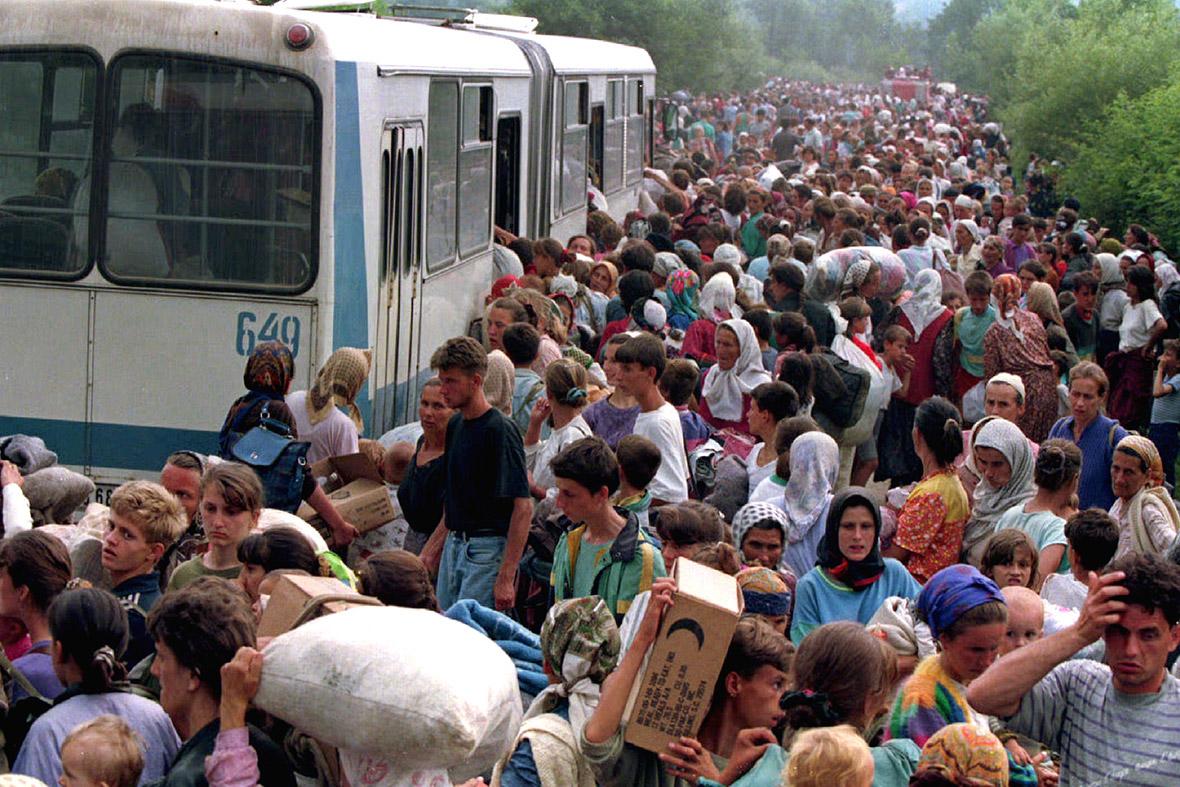 14 luglio 1995: migliaia di profughi provenienti da Srebrenica salgono sui bus che li trasferiranno altrove da Tuzla. Credits to: Reuters.