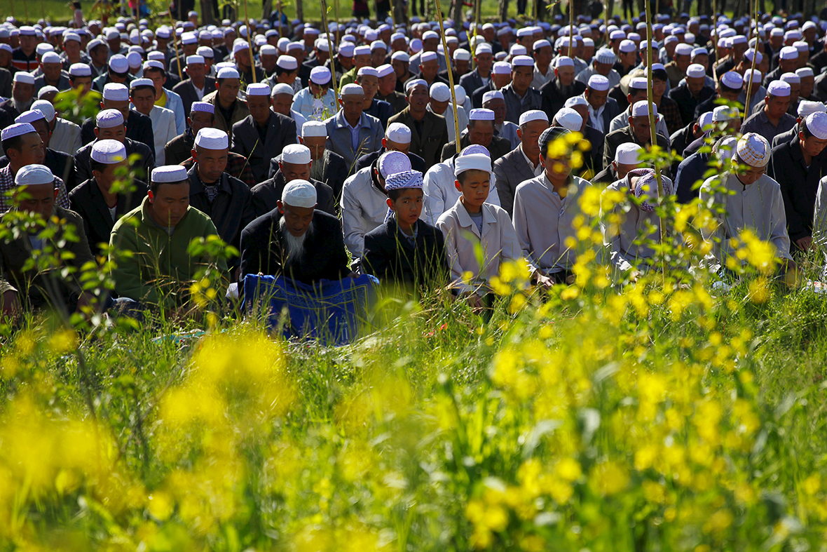 Eid mubarak muslims around the world celebrate eid al fitr end muslims around the world celebrate eid al fitr end of ramadan photos kristyandbryce Images
