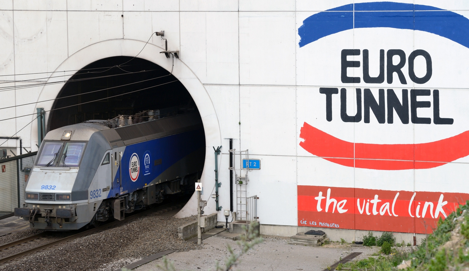 Dover Calais Tunnel >> Delays of up to 4 hours for Eurotunnel Le Shuttle passengers due to migrant activity at Calais