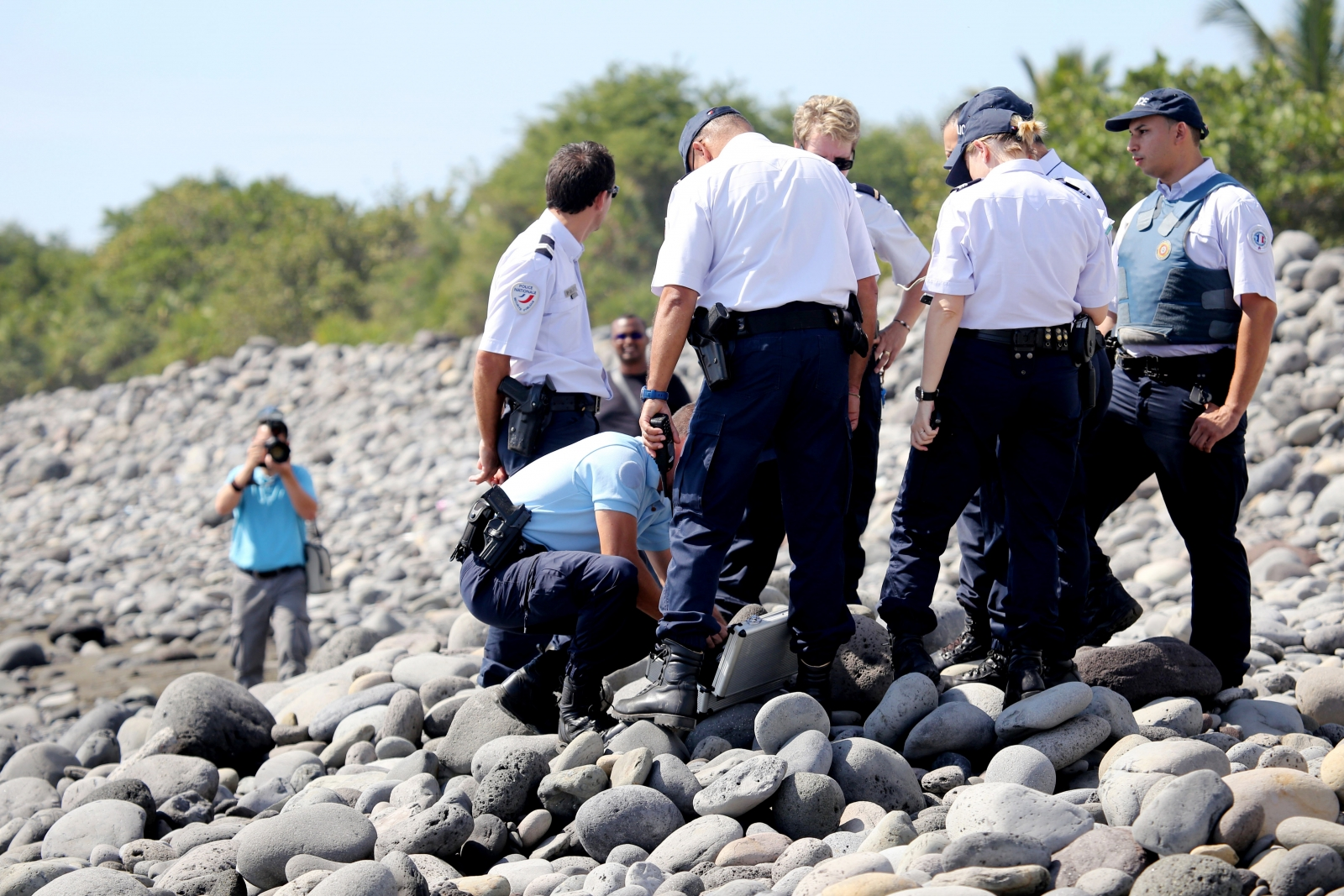 Police search for Flight 370 debris