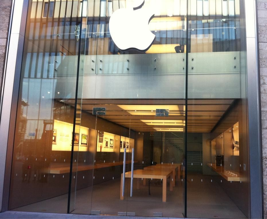 Apple Stores Across The UK Emptied