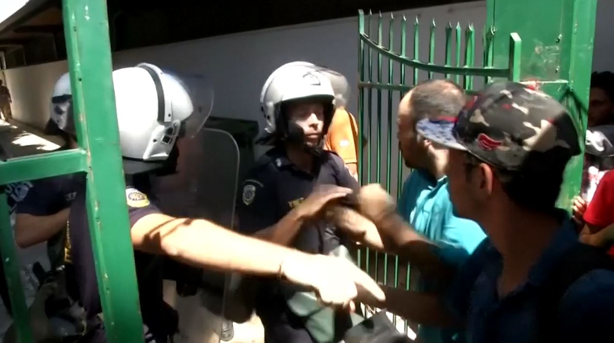 video shows migrants clash with police inKos