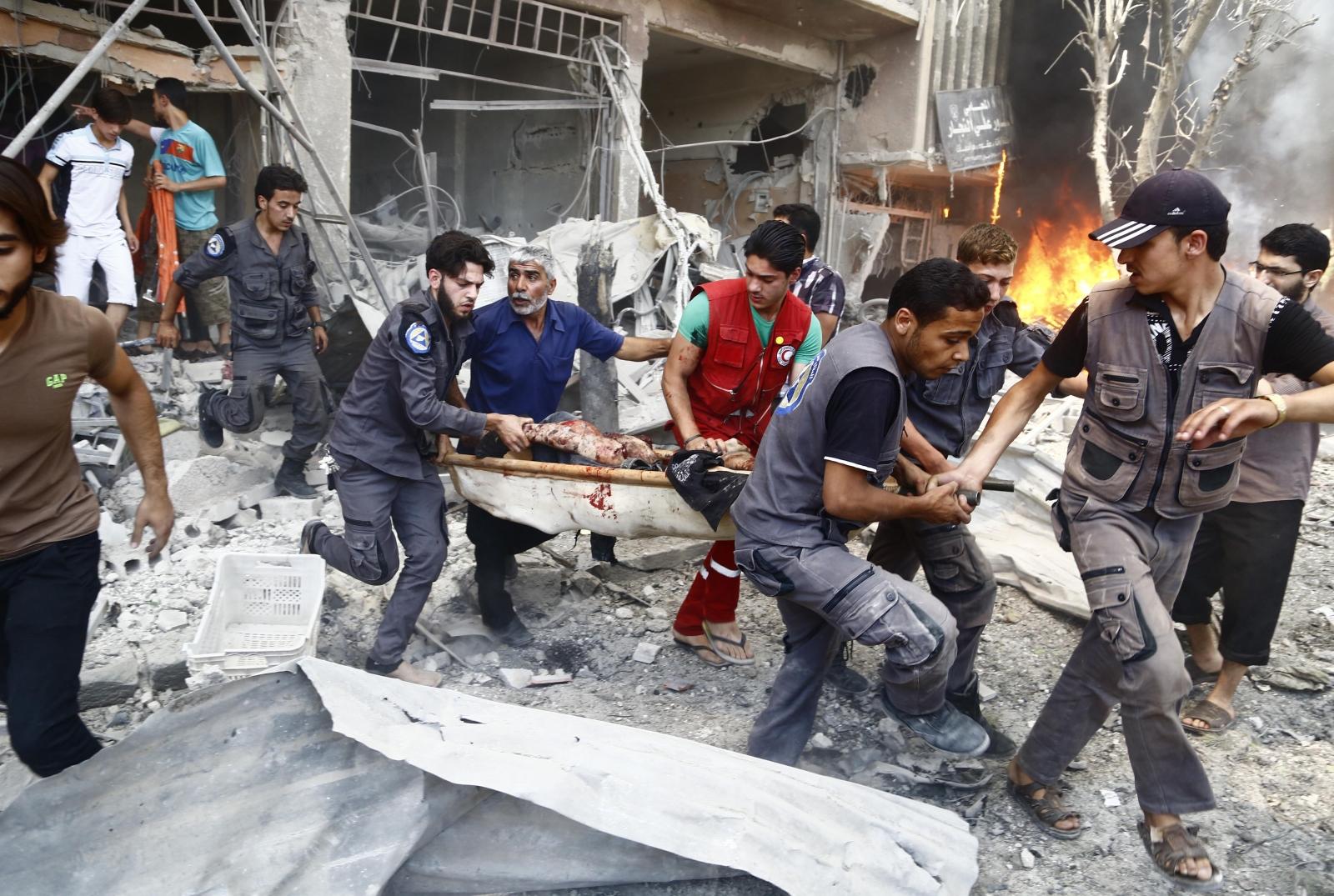 Protezione Civile, Mezzaluna Rrossa e residenti soccorrono i feriti dopo un bombardamento a Douma (Ddamasco). Credit to: Sameer al-Doumy/AFP/Getty Images