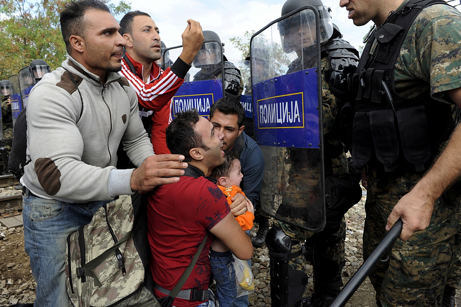 Migrants clash with border police