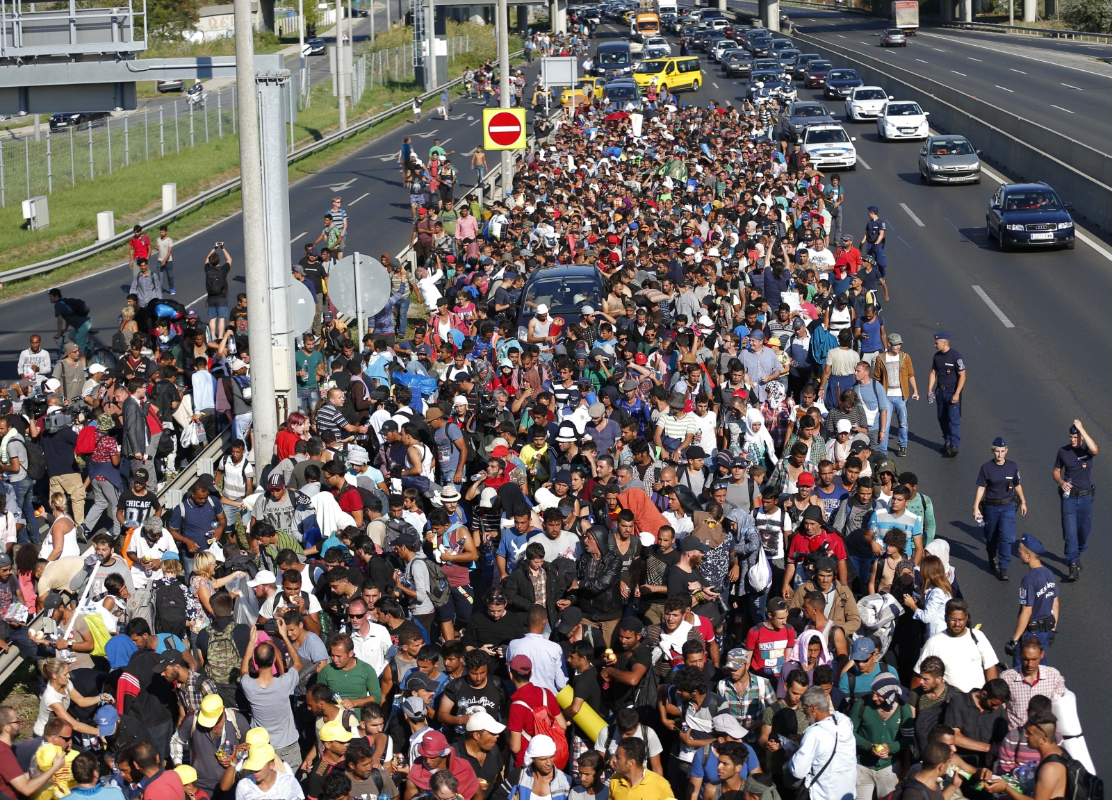 Hundreds of migrants walk to Austria