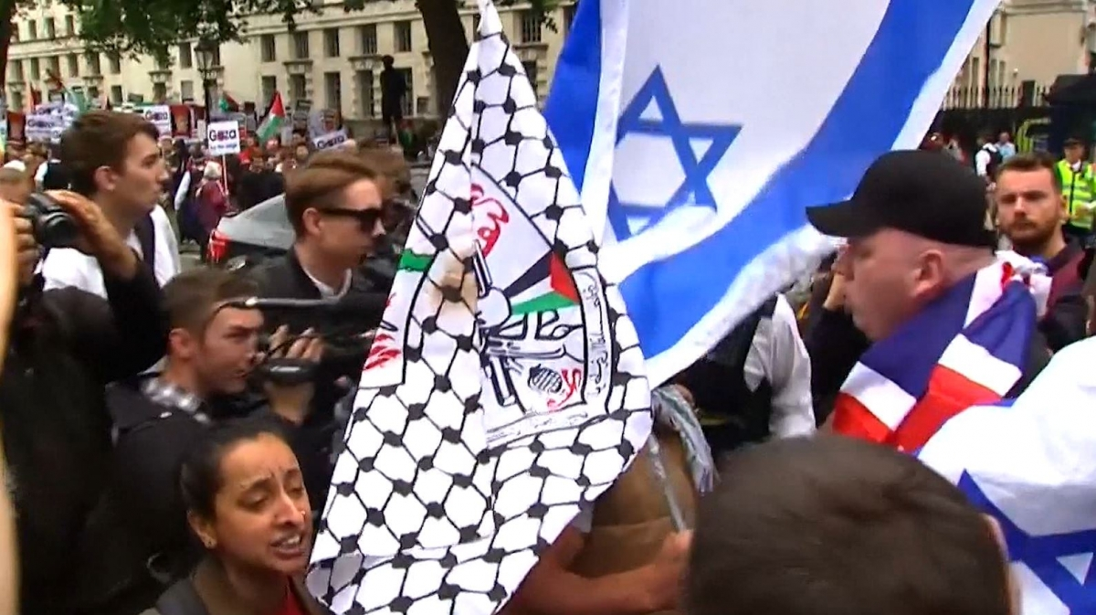pro-Palestinian and pro-Israeli protesters fight
