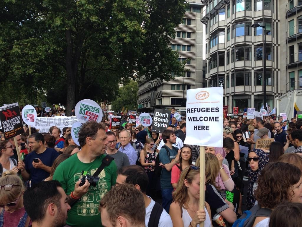 Thousands head to refugee rally