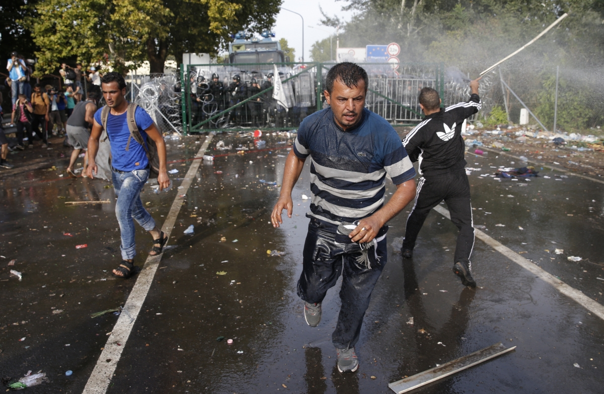 Hungary border crossing police teargas migrants